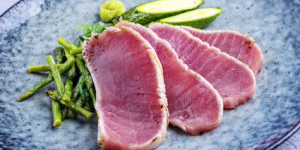 Tataki de Saumon de France et courgettes poêlées