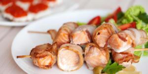 Brochettes de saumon et poitrine fumée à la plancha