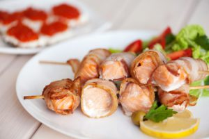 Brochettes de saumon et poitrine fumée